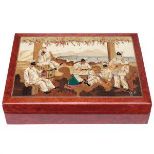 scatola rettangolare rossa con pulcinella musicista